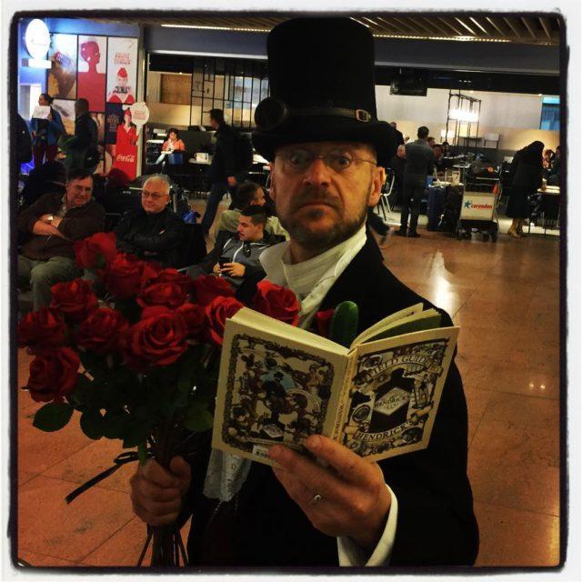 Professorn mtte upp oss p flygplatsen med en bukett rosorhellip