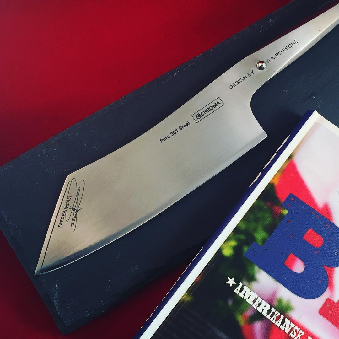Nu finns den att inhandlas! Kika in på http://lyxlagat.tictail.com - där finns ett erbjudande ni inte kan tacka nej till! #lyxlagat #kockkniv #santoku #porscheknife #chromatype301 #type301 #frederikzäll