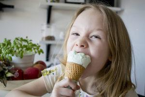 Barnen testar glass